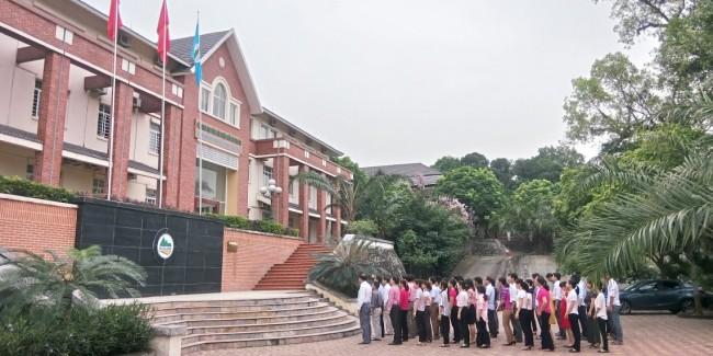 Viện KHKT nông lâm nghiệp miền núi phía Bắc thực hiện nghi lễ chào cờ, hát Quốc ca đầu tuần theo định kỳ